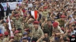 在萨那周三举行的一个场要求总统萨利赫辞职的示威中,叛变的政府军士兵被抗议者举起来