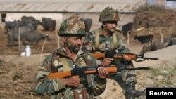 2016年1月3日印度军人在帕坦科特空军基地附近站岗