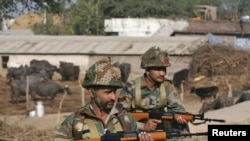 Pasukan India berjaga-jaga dekat Pangkalan Udara India (IAF) di Pathankot di Punjab, India, 3 Januari 2016.