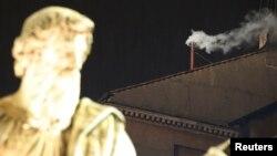 Khói trắng đã bốc lên từ một ống khói nhỏ trên Nhà nguyện Sistine ở Vatican, cho thấy các Hồng Y Công Giáo La Mã đã chọn được tân Giáo Hoàng, ngày 13/3/2013.