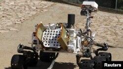 Model kendaraan penjelajah Mars milik NASA, Curiosity, di lingkungan mirip Mars di laboratorium NASA. (Foto: Reuters)