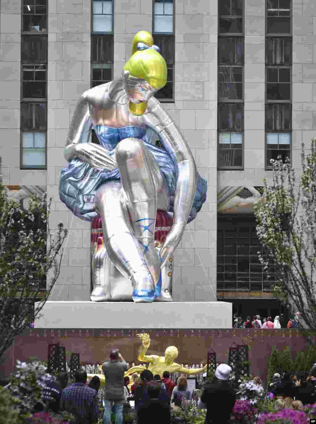 مجسمه بادکنکی زن رقصنده باله در نیویورک