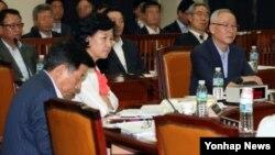 남재준 국정원장(오른쪽)이 25일 국회 정보위 전체회의에 참석한 가운데, 여야 의원들이 2007년 남북정상회담 회의록 내용 해석을 놓고 날선 공방을 벌였다.