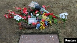 Nisan pengganti makam Lee Harvey Oswald di pemakaman Rose Hill Cemetery di Fort Worth, Texas.