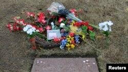 Nisan pengganti makam Lee Harvey Oswald di pemakaman Rose Hill Cemetery di Fort Worth, Texas.
