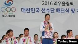2016 리우 올림픽 남자 50m 권총 금메달리스트 진종오가 24일 인천공항에서 열린 선수단 해단식에서 기자들의 질문에 답하고 있다.
