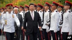 2015年11月6日,中國主席習近平和新加坡總統陳慶炎在新加坡的歡迎儀式上檢閱儀仗隊