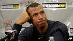 Alex Rodríguez escucha a preguntas de los periodistas. La MLB podría suspenderlo hasta por 100 juegos.