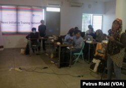 AJI bersama Google News Initiative menggelar pelatihan menangkal hoaks bagi jurnalis di Surabaya (Foto:VOA/Petrus Riski).