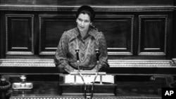 Simone Veil devant les parlementaires à Paris le 13 décembre 1974. (AP / Eustache Cardenas)