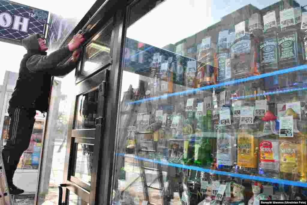 """Акція """"Алкостоп"""" у Львові. Активісти провели флешмоб проти незаконної реклами алкоголю. Активісти також демонтували вивіску з рекламою спиртного над одним із МАФів. За словами активістів, рекламні площини із рекламою алкоголю та тютюну, були встановлені без відповідних дозволів."""