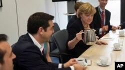 El primer ministro griego, Alexis Tsiptras, y la canciller alemana, Angela Merkel, durante una reunión de la Comisión Europea en Bruselas, Bélgica.