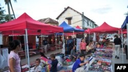 Các sạp hàng bán hàng thủ công và lưu niệm cho du khách ở khu chợ đêm của Luang Prabang, Lào, ngày 18/10/2009.