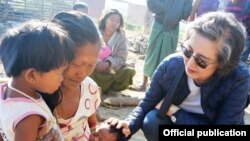 ကုလသမဂၢ လူ႔အခြင့္အေရး အထူးကိုယ္စားလွယ္ Ms. Yang Hee Lee ေရႊဗဟိုရြာ ၿမိဳလူမ်ိဳးေတြရွိတဲ့ IDP camp ကိုသြားေရာက္စဥ္ (United Nations Information Centre Yangon)