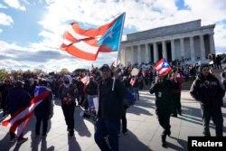 """美国的拉美裔联盟在华盛顿的林肯纪念堂游行,要求增加对波多黎各的救灾援助。有标语说""""使波多黎各再次伟大""""(2017年11月9日)。"""