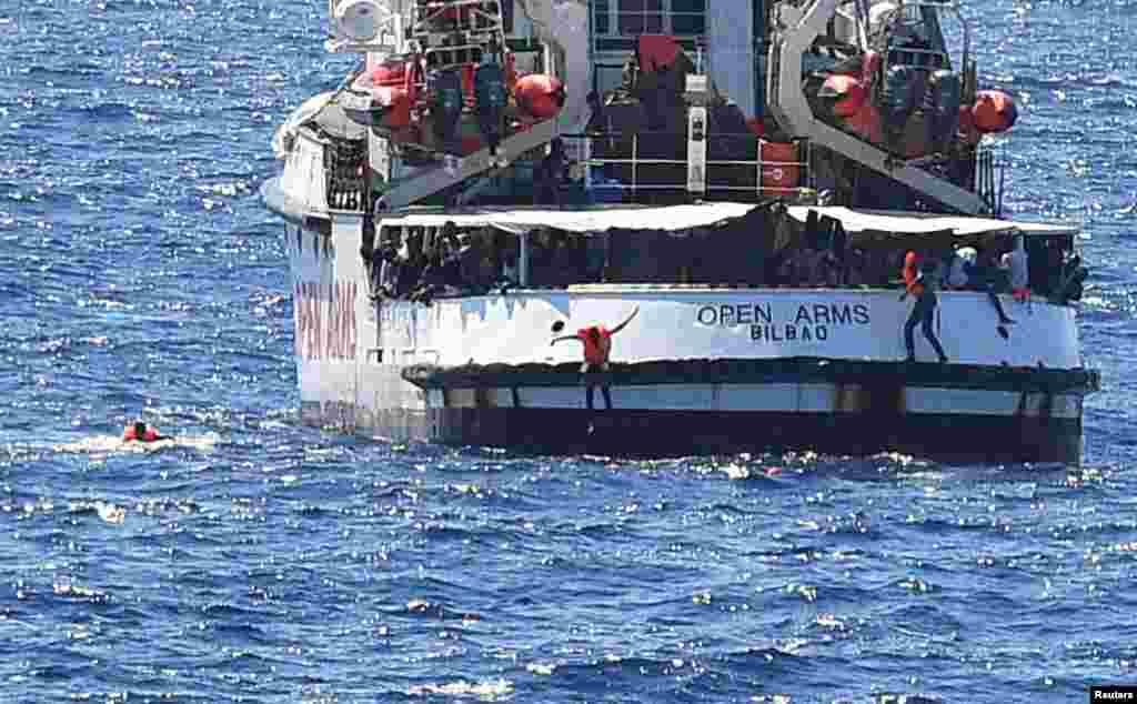 난민구조선 '오픈 암스'가 이탈리아람페두자 섬 인근 해역에서 보름 넘게 이탈리아 당국의 정박 허가를 기다리고 있는 가운데 기다림에 지친 난민들이 이탈리아 육지에 도달하기 위해 구조선에서 뛰어내리고 있다.