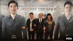 산업은행 통일사업부장 서진환 씨(가운데)가 탈북민 학생들과 안중근 의사의 활약을 그린 뮤지컬 '영웅'을 관람했다.