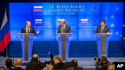Tổng thống Nga Vladimir Putin (trái), Chủ tịch Hội đồng EU Herman Van Rompuy (giữa), và Chủ tịch Ủy ban EU Jose Manuel Barroso nói chuyện với giới truyền thông vào cuối buổi hội nghị EU-Nga. (AP Photo/Geert Vanden Wijngaert)