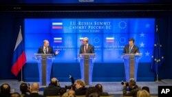 Ruski predsednik Vladimir Putin, predsednik Evropskog saveta Herman van Rompuj i predsednik Evropske komisije, Žoze Manuel Barozo na zajedničkoj konferenciji za novinare posle samita u Briselu, 21. decembar 2012.