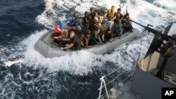 Fuzileiros navais americanos e nigerianos durante um exercício militar em Fevereiro de 2010 na costa nigeriana de prevenção e combate de pirataria
