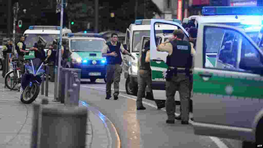 La police allemande sécurise une rue à proximité de la fusillade à Munich (Allemagne) le 22 juillet 2016.