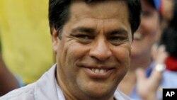 Óscar López asiste a una protesta en contra de Nicolás Maduro.