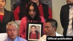 Luật sư Jeffrey Camphice và ông Hoai 'Sunny' Le, cha của anh Tommy Lê. (Ảnh: The Seattle Times)