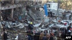 Iračke bezbednosne snage na mestu napada automobilom bombom u Bagdadu