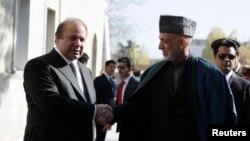 Tổng thống Afghanistan Hamid Karzai (phải) bắt tay với Thủ tướng Pakistan Nawaz Sharif trong cuộc họp tại Kabul, ngày 30/11/2013.
