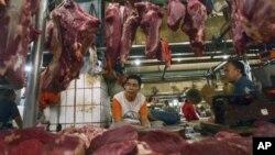 Para pedagang daging sedang menunggu pembeli di kios daging di sebuah pasar di Jakarta (Foto: dok).