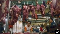 Para pedagang daging sapi menunggu pembeli di sebuah pasar di Jakarta. (Foto: Dok)