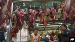 Para pedagang daging menunggu pembeli di kios daging di sebuah pasar di Jakarta (foto:dok). Pemerintah memberlakukan strategi khusus untuk atasi masalah daging sapi.