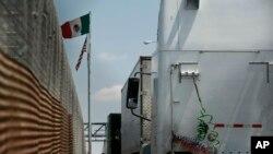 Kamyon transpò ki aliyen sou pon Las americas la, sou fowntyè Etazini ak Meksik. Foto: 31 me 2019.