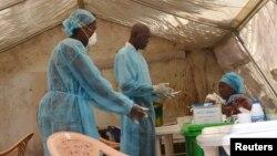 Nhân viên y tế tại một bệnh viện ở Sierra Leone lấy mẫu máu một bệnh nhân để xét nghiệm có bị nhiễm virút Ebola hay không