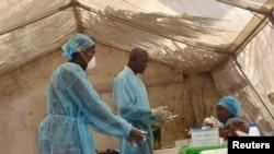 医务人员采集血样检查埃博拉病毒