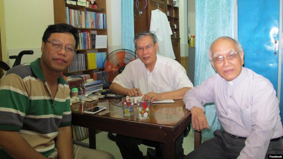 Linh mục Phan Văn Lợi (phải) cho biết một lý do khiến chính quyền không muốn cho ông ra khỏi nhà là ngăn cách việc tiếp xúc giữa ông với các linh mục bất đồng chính kiến khác như Linh mục Nguyễn Văn Lý (giữa). (Ảnh tư liệu / Facebook Phan Van Loi)