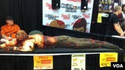 Kue zombie pada konvensi Walker Stalker di Atlanta, Georgia. (VOA/Marissa Melton)