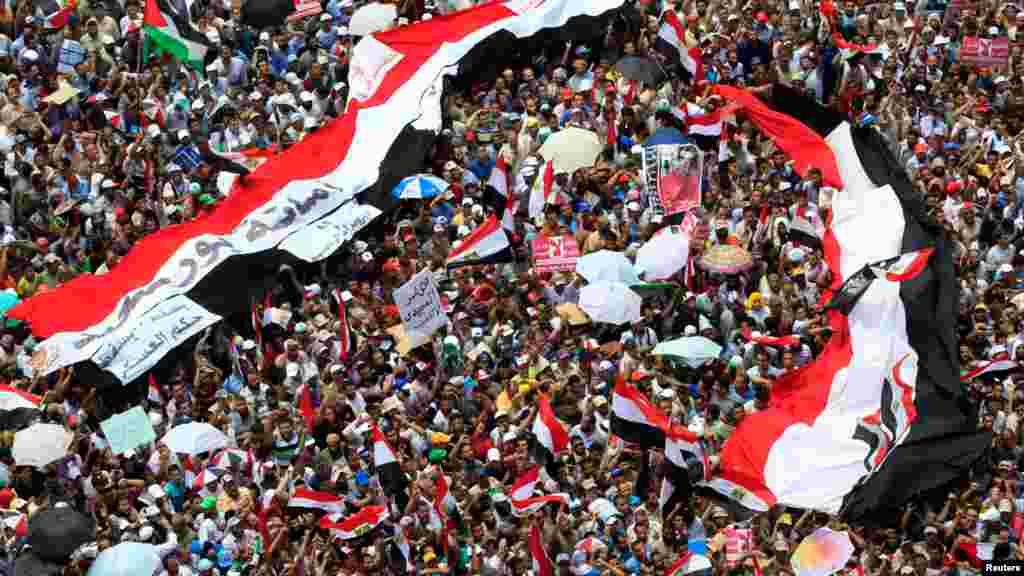 Müslğman Kardeşler destekçileri Tahrir Meydanında sloganlara atıp gösterilerde bulundular.