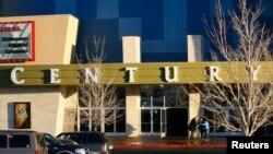 El tiroteo se produjo al interior de la sala de cine Century 16 que proyectaba el estreno de la película de Batman. El cine fue clausurado pero reabrió sus puertas renovado en enero, seis meses despúes de la masacre.