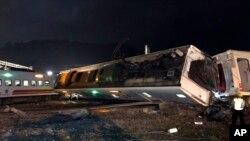 En esta foto proporcionada por la Administración de Ferrocarriles de Taiwán, los vagones del tren están desparramados en el sitio del descarrilamiento en Lian, al norte de Taiwán, el domingo 21 de octubre del 2018.