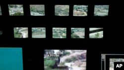 امریکی بارڈر پیٹرول کے ایک سرحدی مرکز کا منظر جہاں سرحد پر نصب کیمروں کے ذریعے سرحد کی نگرانی کی جارہی ہے (فائل فوٹو)