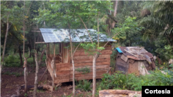À esquerda, casa construída pela comunidade e à direita casa com condições precárias