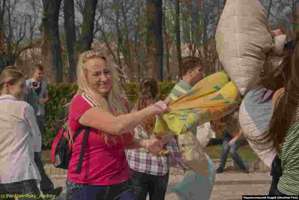Біля пам'ятника Шевченку влаштували бій подушками
