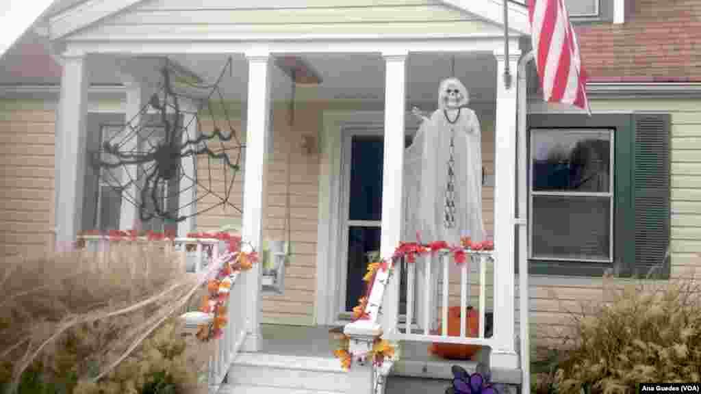 Fantasmas e teias de aranha fazem parte da tradicional decoração de casas durante a época do Dia das Bruxas