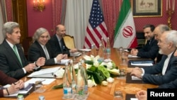 존 케리 미국 국무장관(왼쪽 첫번째)과 미국 대표단이 자바드 17일 스위스 로잔에서 자리프 이란 외무장관(오른쪽 첫번째)을 대표로 한 이란 측과 핵 협상을 벌이고 있다.