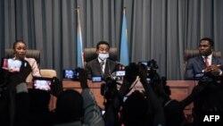Mboso Nkodia Mpwanga (C), mokambi ya Bureau d'âge ya Assemblée elongo na basungi baye Aminata Namasia (G) na Gael Bussa (D) na Palais du peuple, Kinshasa, 6 décembre 2020.