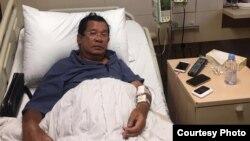 លោកនាយករដ្ឋមន្ត្រី ហ៊ុន សែន កំពុងទទួលការពិនិត្យជំងឺ និងសម្រាកព្យាបាលនៅក្នុងមន្ទីរពេទ្យមួយកន្លែង នៅក្នុងប្រទេសសិង្ហបុរី។ (រូបថតពីទំព័រហ្វេសប៊ុក Samdech Hun Sen, Cambodian Prime Minister)