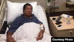 រូបឯកសារ៖ លោកនាយករដ្ឋមន្ត្រី ហ៊ុន សែន កំពុងទទួលការពិនិត្យជំងឺ និងសម្រាកព្យាបាលនៅក្នុងមន្ទីរពេទ្យមួយកន្លែង នៅក្នុងប្រទេសសិង្ហបុរី។ (រូបថតពីទំព័រហ្វេសប៊ុក Samdech Hun Sen, Cambodian Prime Minister)