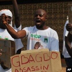 Les partisans d'Alassane Ouattara, reconnu vainqueur de l'élection présidentielle ivoirienne par la communauté internationale, manifestent à Abidjan, 28 décembre 2010.