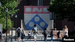 미국 펜실베니아대학교 내 윈 커먼스 광장 주위로 학생들이 걷고 있다.